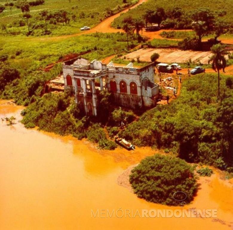 Outra vista das águas em represamento quase atingindo a antiga sede da Cia.  Matte Larangeira no antigo Porto Mendes. Imagem: Acervo Wagner Dias - Foz do Iguaçu - FOTO 2 -