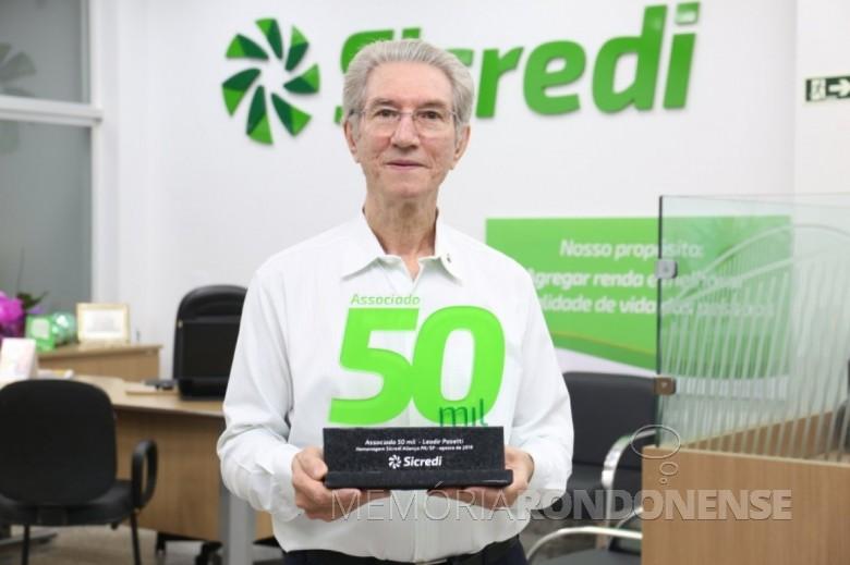 Bioquímico rondonense Leodir Pasetti com a distinção de associado 50.000 da Sicredi Aliança PR/SP.  Imagem: Acervo AquiAgora.nete - FOTO 15 -