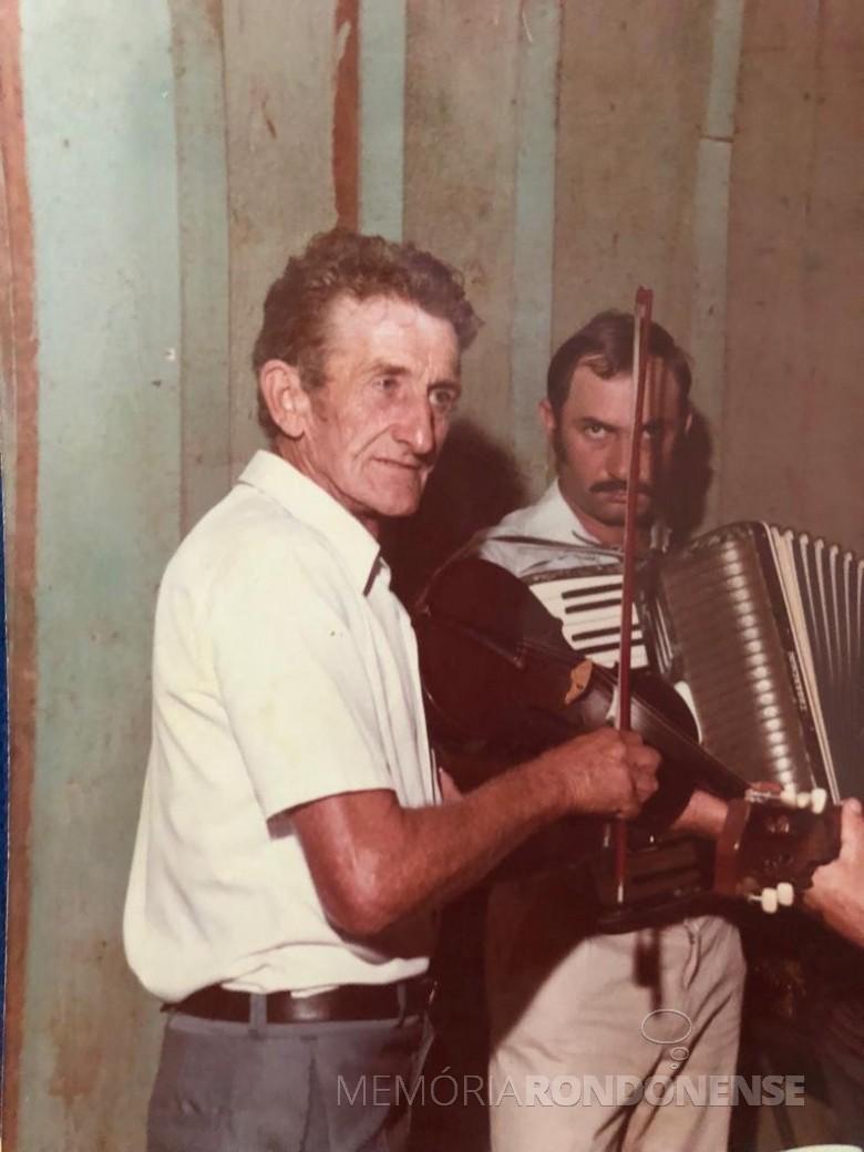 Maestro Armindo Back (e) que foi homenageado com seu nome para o centro cultural da cidade de Entre Rios do Oeste. Imagem: Acervo Imprensa PM - Entre Rios do Oeste - FOTO 12 -