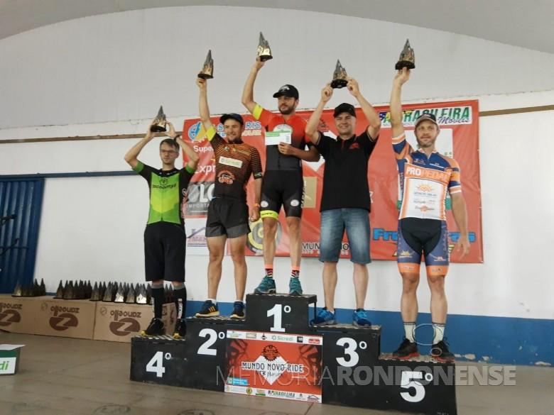 Pódio do evento ciclístico de Mundo Novo (MS). O ciclista rondonense Marcelo Konzen apareceu com o troféu de 2º lugar.  Imagem: Acervo Assoicação Rondonense de Ciclismo (ARC) - FOTO 14 -