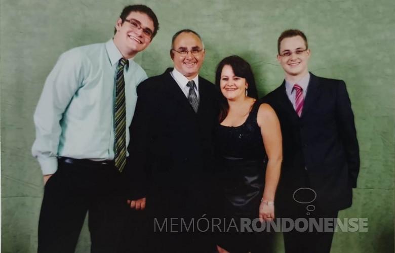 Casal Nair e Valter  Altenhofen com os filhos Laerte Rodrigo  e Felipe José. Imagem: Acervo da família - FOTO 5 -