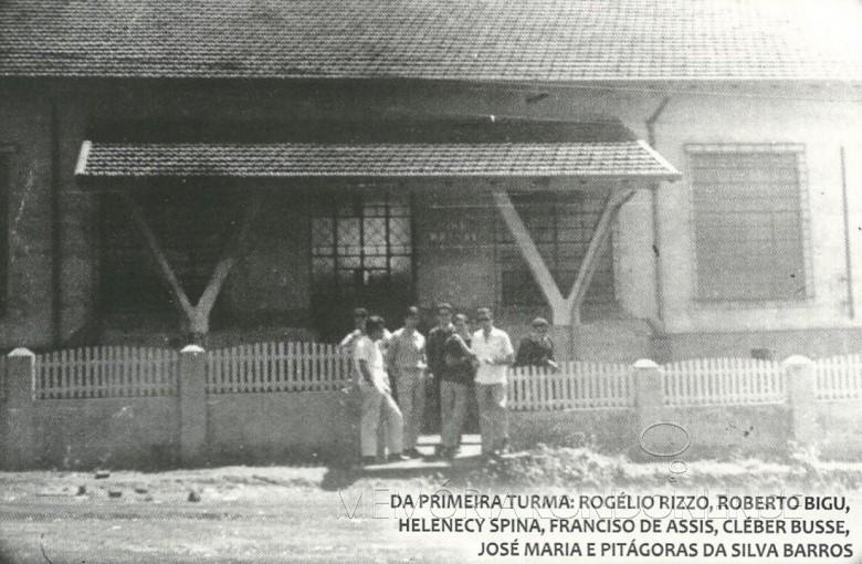 Primeiro grupo de funcionários da 1ª agência do Banco do Brasil, na cidade de Toledo.  Imagem: Acervo Adair Krolow - Curitiba - FOTO 3 -