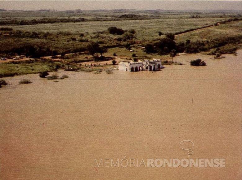 Outro momento do represamento do Rio Paraná com águas submergindo a antiga da Matte Larangeira, em Porto Mendes. Imagem: Acervo Wagner Dias - Foz do Iguaçu - FOTO 3 -
