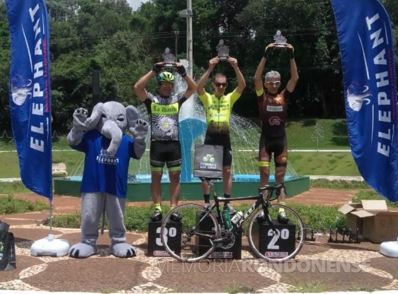 Pódio com os melhores classificados  no 1º Giro Dário Delai de Ciclismo de Estrada. O rondonense Paul Lirio Berwig aparece com o troféu de 20º coloado. Imagem: Acervo Associação Rondonense de Ciclismo (ARC) - FOTO 22 -