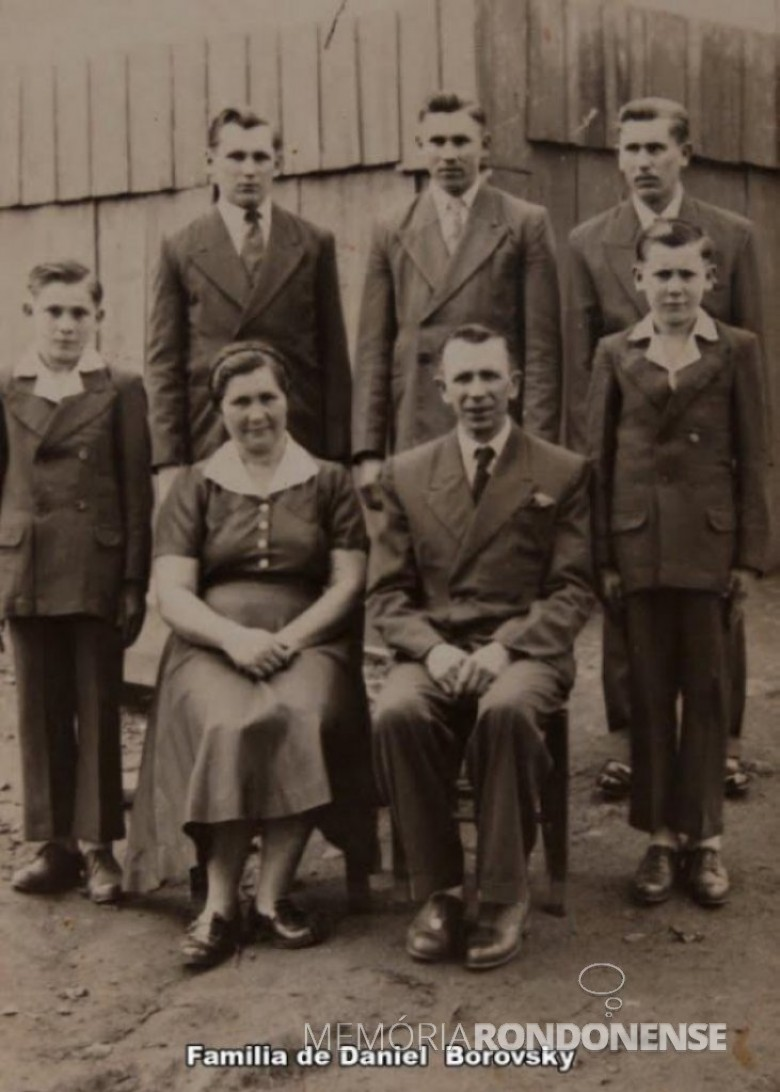 Pioneiro rondonense Daniel Borowski, falecido em setembro de  2000, com a esposa Olga Stefanoski e filhos. Imagem: Acervo Marcelo Boroski - FOTO 9 -