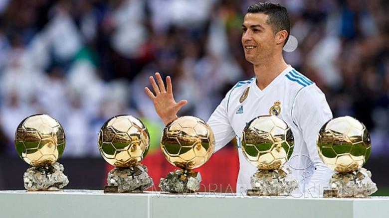 Jogador português Cristiano Ronaldo com os cinco troféus