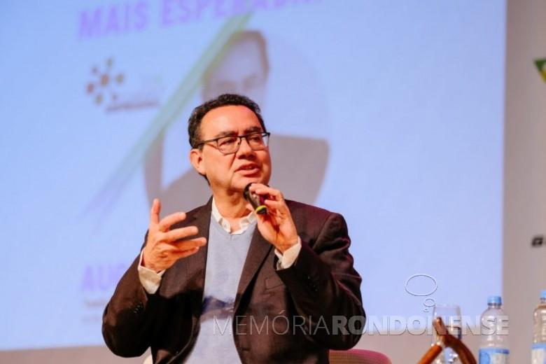 Augusto Cury palestrando em Marechal Cândido Rondon, em final de novembro de 2019. Imagem: Acervo O Presente - FOTO 10 -