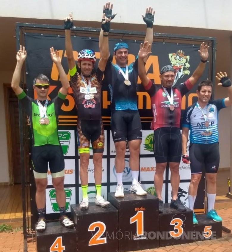 Ciclista rondonense Elio Wailand com o troféu de 2º colocado na Copa K 6, em Naranjal, Paraguai. Imagem: Acervo Associação Rondonense de Ciclismo - FOTO 19 -