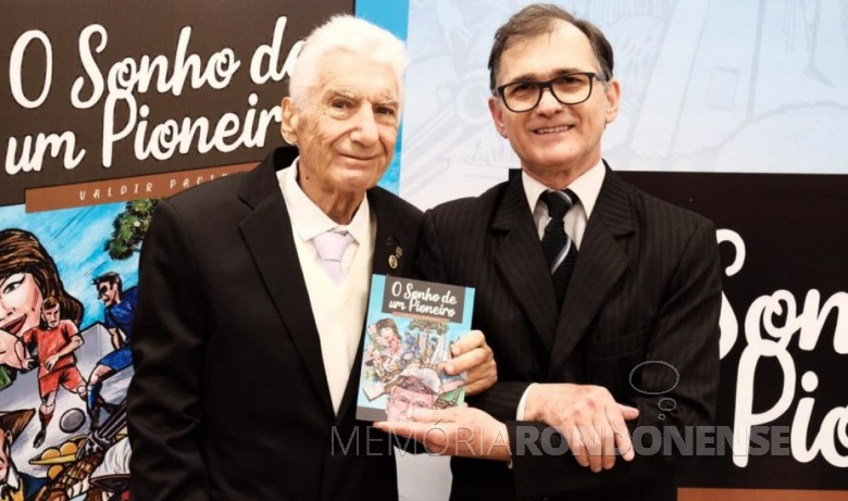 Pioneiro Dimer José Weber (e) e o livro que retrata a sua vida, escrito por Valdir Pacini. Imagem: Acervo O Paraná (Cascavel) FOTO 6 -
