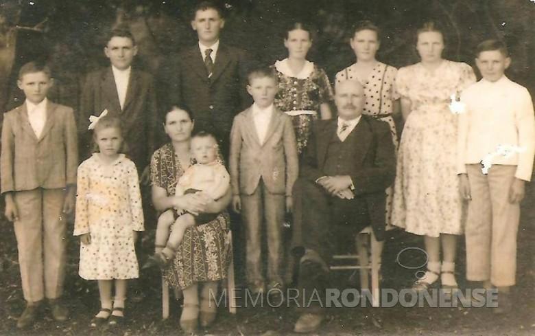 Johanna e Adolf Scheguchevsk com seus filhos. Da esquerda à direita, ao fundo:  Ervino, Arthur, Albino, Adelina , Walli, Elli  e Alfredo. Na frente: Ilone, mãe Johanna, Fredolino (no colo), Waldi e pai Adolph. Imagem: Acervo de Araci Schegucheveski - FOTO 1 --