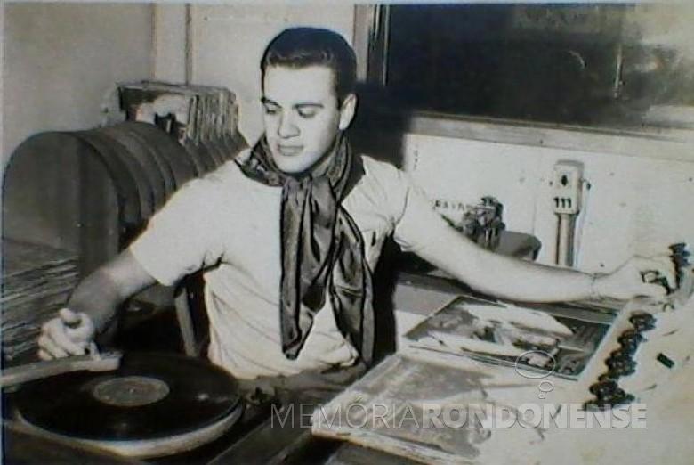 Ilário Kehl como sonoplasta na Rádio Difusora Rondon AM, hoje Rádio Difusora do Paraná, em final de 1966. Imagem: Acervo Graciela Marques Gonsalves -  FOTO 4 -