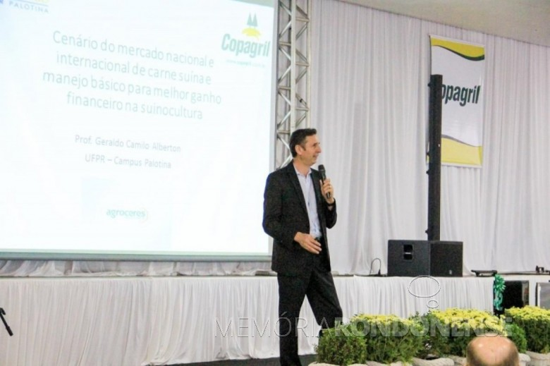 Professor Geraldo Alberton palaestrando no Seminário Anual de Produtores de Suínos da Copagril. Imagem: Acervo Comunicação Copagril - FOTO 7 -