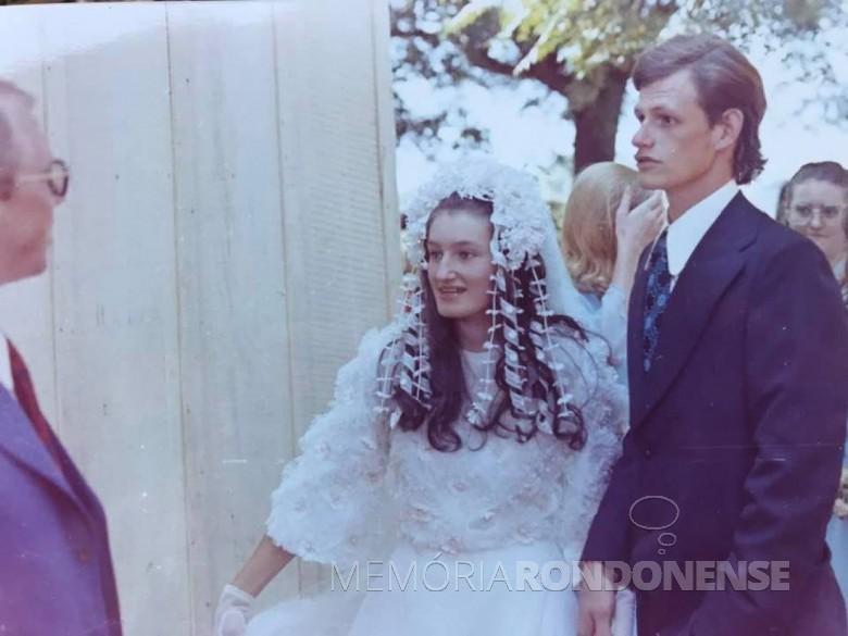 Jovens rondonenses Herta Scheufele e Valdi Tierling que se casaram no começo de março de 1974. à esquerda, pastor Mário Hort. Imagem: Acervo do casal - FOTO 3 -
