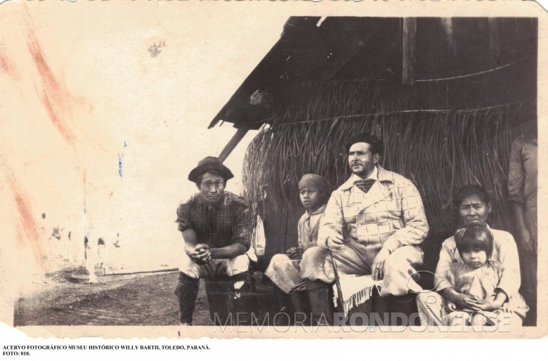 Argentino Teodoro Mateo Soldati na companhia de um casal e filhos de origem indígena, no Imóvel Lopeí, de sua propriedade. Imagem: Acervo Museu Histórico Willy Barth - Toledo (PR) - FOTO 2 -