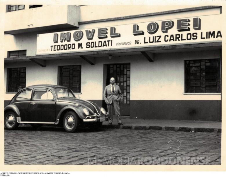 Teodoro Amadeo Soldati em frente a sede da empresa Imóvel Lopeí, na cidade de Toledo, na década de 1960. Imagem: Acervo Museu Histórico Willy Barth - Toledo (PR) - FOTO 3 -