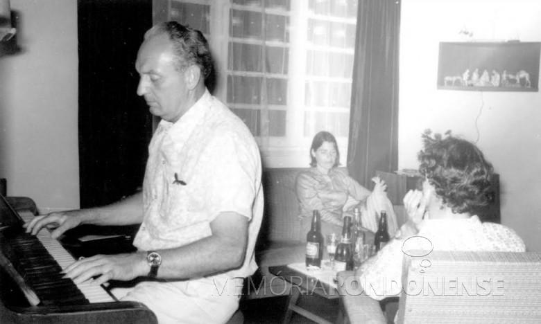 Heribert Hans-Joachim Gasa, tocando piano em sua residência. O migrante alemão rondonense faleceu em março de 2003. Imagem: Acervo Projeto Memória Rondonense - FOTO 4 -