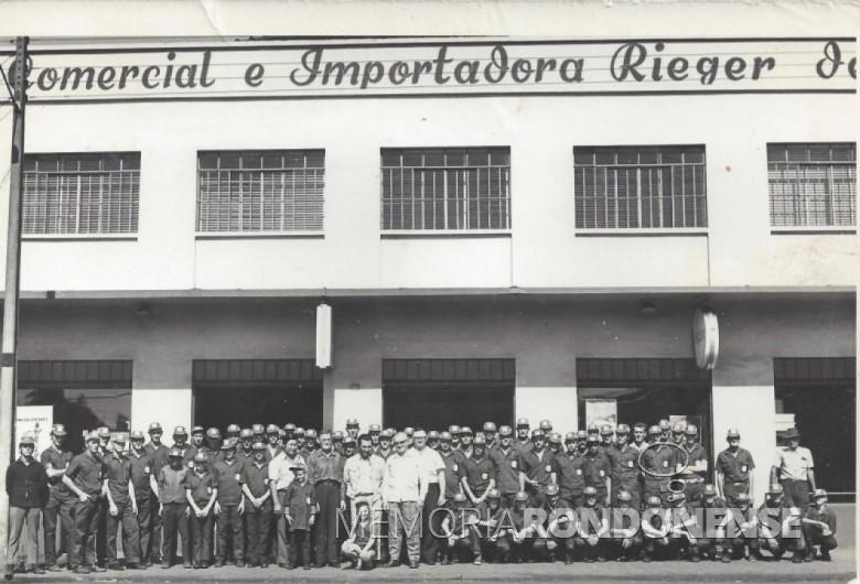 Participantes do curso para operador de trator promovido pela então Valmet do Brasil e a Casa Rieger, em 1977. No centro da fotografia, o pioneiro Rudolfo Rieger (de óculos e camisa escura) e os irmãos Herbert e Orlando Rieger (de óculos e camisas brancas). Imagem: Acervo Friedrich e Sandra Rieger - FOTO 6 -