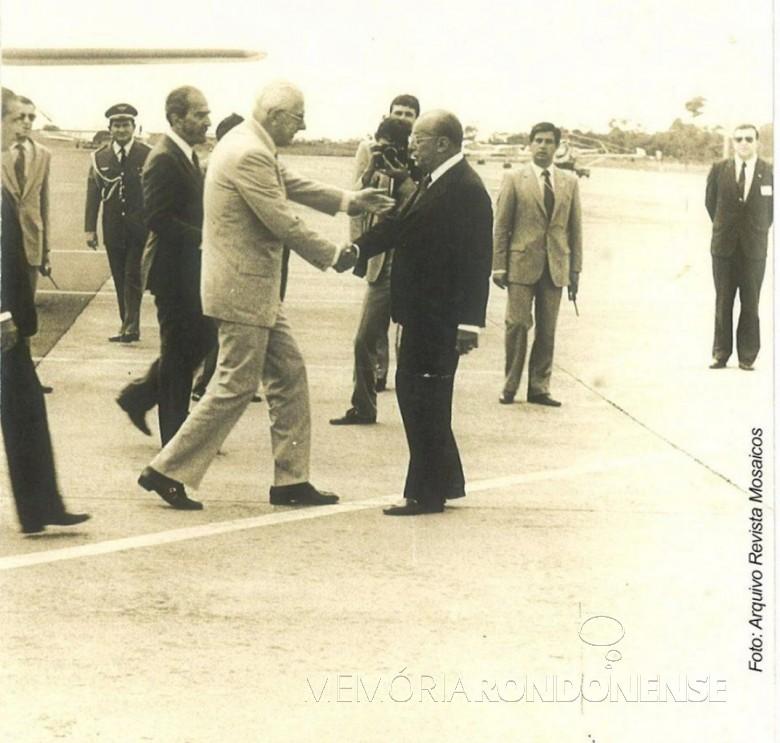 Chegada do presidente da Argentina, Reynaldo Bignone, no aeroporto de Foz Iguaçu, sendo cumprimentando pelo presidente João Batista Figueiredo, do Brasil.  Imagem: Acervo Helcio Carneiro - Foz do Iguaçu - FOTO 2 -