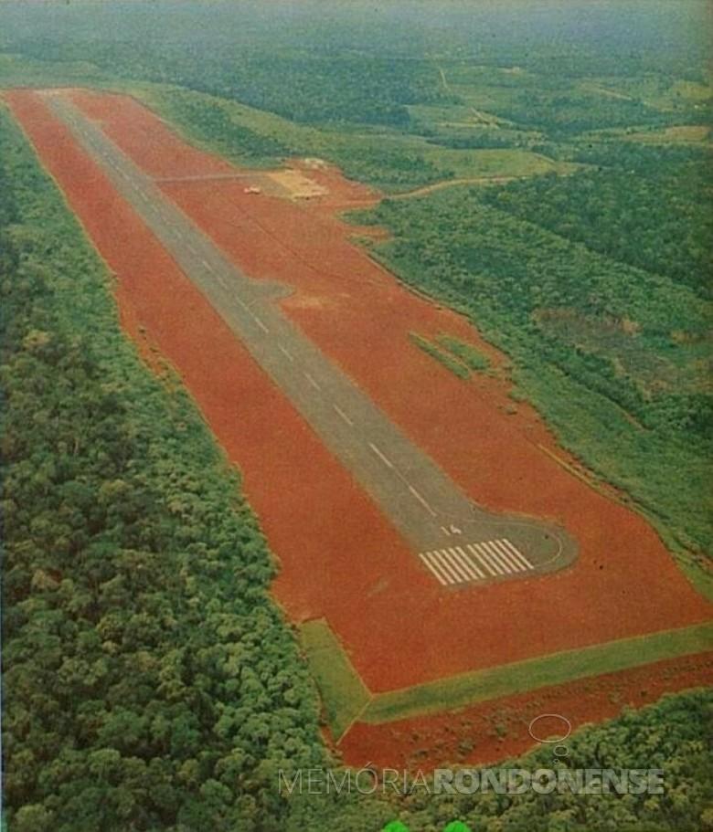 Pista recém pavimentada do AeroportoInternacional de Foz do Iguaçu;  Imagem: Acervo Walter Dysarsz. - FOTO 10 --