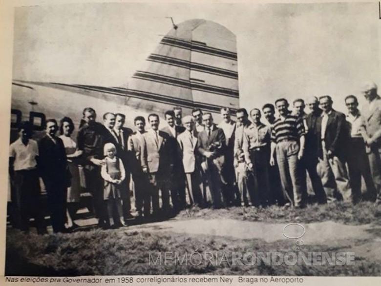 Ney Braga recebido por correligionários em Foz do Iguaçu, na campanha ao Governo do Paraná, em 1960. O político é o 8º, da esquerda à direita, exceto a criança.  Imagem: Acervo de Lindomar Zambryski - Foz do Iguaçu  - FOTO 4 -