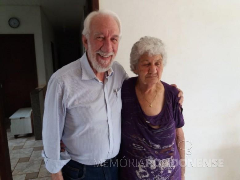 Darci Piana com sua irmã Zefira em São Pedro, no interior de Corbélia (PR). Imagem: Acervo Pietro Tebaldi - Crédito: Lucindo Tebaldi - FOTO 5 -