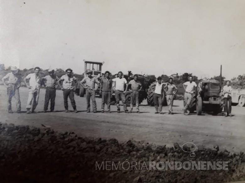 Grupo de trabalhadores na construção do Aeroporto Internacional de Foz do Iguaçu. Imagem: Acervo Waldir Gugliemi Salvan - FOTO 9 -