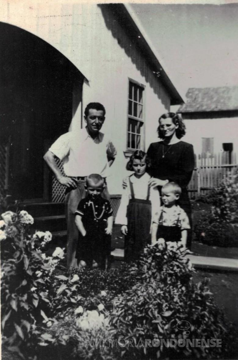 Pioneiro toledano Ernesto Wiezzer com a esposa Gentila Luiz Ruaro e três filho do casal. Imagem: Acervo Museu Histórico Willy Barth, de Toledo. - FOTO 3 -