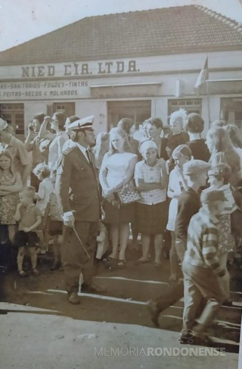 Hamilton Mocelin, em destaque, participando de desfile de Sete de Setembro, em Marechal Cândido Rondon, num ano da segunda década de 1960. Imagem: Acervo Fernando Mocelin  - FOTO 6 -