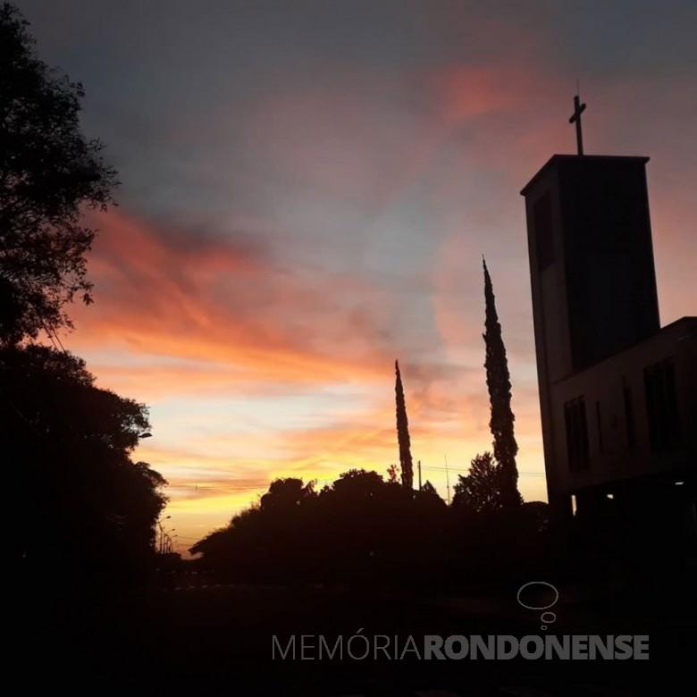 Entardecer em Marechal Cândido Rondon, no dia 19 de junho de 2020, contrastando com o campanário da Igreja Evangélica Martin Luther. Imagem: Acervo e crédito: Liane Schwingel - FOTO 13 -