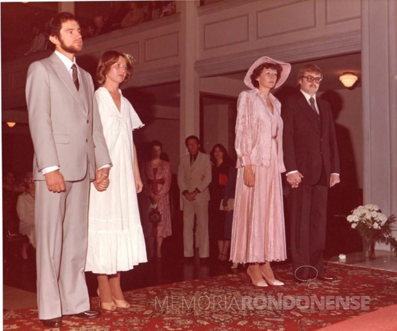 Noivos Egon Adolfo Lohmann e Loreli Rúbia Froehner; e Rosamaria Lohmann e Fred Teodoro Koniecziniak durante a cerimônia religiosa. Imagem: Arquivo pessoal - FOTO 5 -