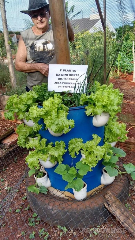 Pioneiro João Zimmermann com o protítipo de mini-horta. Imagem: Acervo ùrsula Stoef Zimmermann - FOTO 18 -