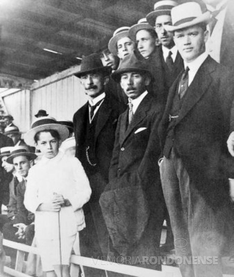 Affonso Camargo  (com chapéu preto e bigode), durante visita de Santos Dumont,em Curitiba, 1916. Imagem: Acervo Wikipédia - FOTO 4 --