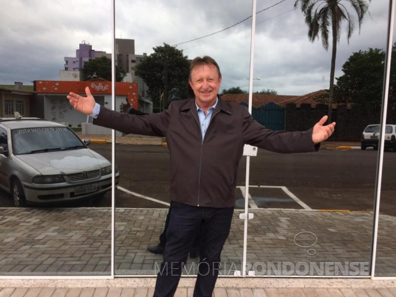 Empresário rondonense Edemar Wolstein em frente ao hall de entrada do Edifício Pasetti, no dia de inauguração. Imagem: Acervo  O Presente - FOTO 12 -