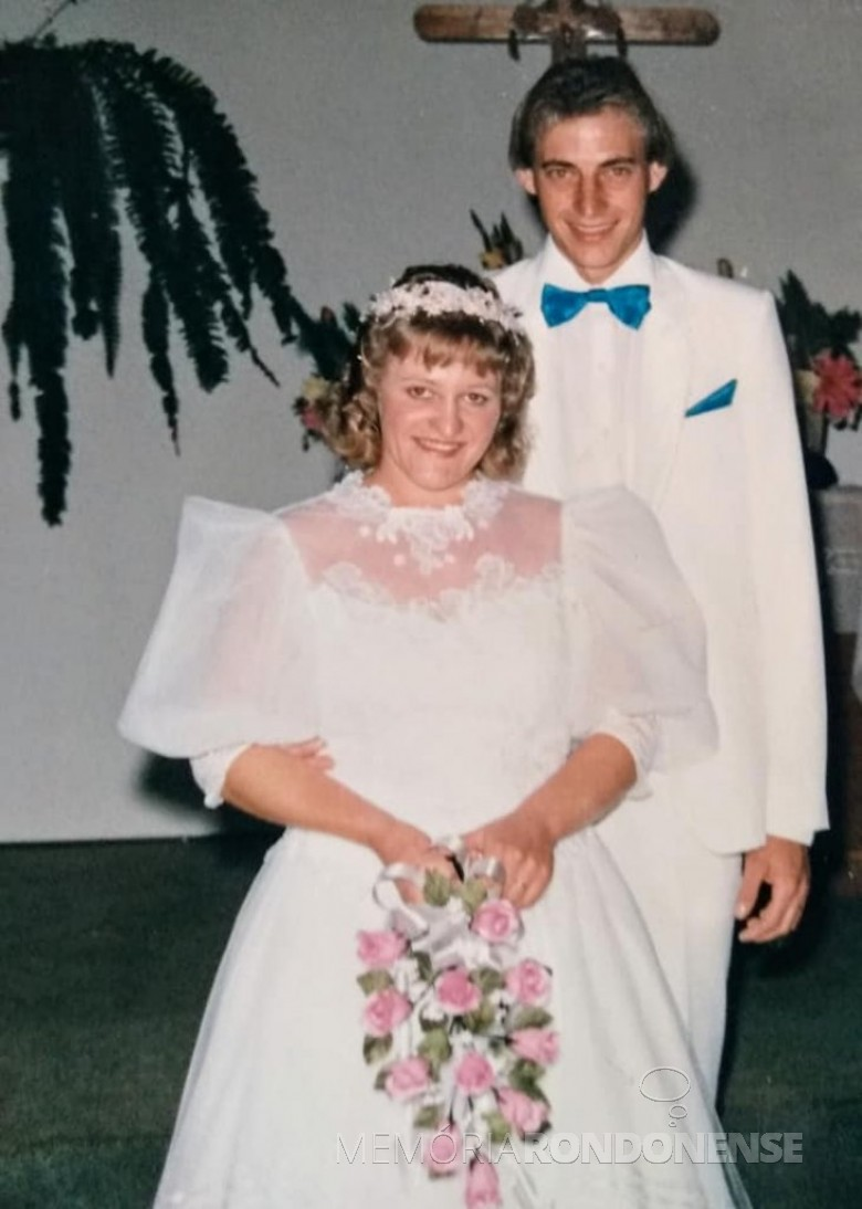 Noivos Roselene Zimmermann e Semildo Laske que se casdaram em junho de 1988. Imagem: Acervo do casal - FOTO 9 -