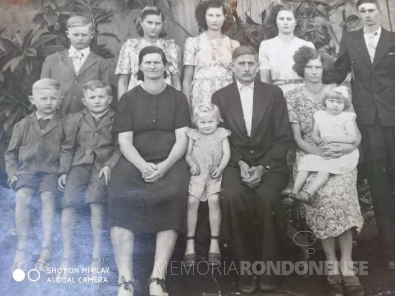 Casal pioneiro rondonense Olga e Rudolfo Dreyer, em foto de 1951 tirada no Rio Grande do Sul, antes da mudança para o Paraná.  Da esquerda à direita (em pé): Lauro, Neli, Norma, Erondina e genro Otmar Brawers. Sentados: Adolfo, Edgar,  matriarca Olga, Lorena, patriarca Rudolpho, Ilma e a neta Vilma. Imagem: Acervo Hedy Dreyer Campos - FOTO 1 -