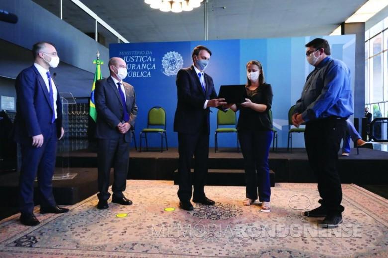 Liane Engelmann recebendo do presidente Bolsonaro a placa em homeangem ao seu filho Daniel Henrique, em solenidade no Ministério da Justiça.  Imagem: Acervo MJ - FOTO 16 -