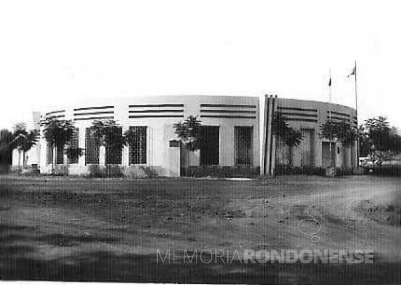 Prédio do Fórum de Marechal Cândido Rondon (depois demolido), por ocasião de sua inauguração.  Imagem: Acervo Ubiratan Sequinel - Cascavel - FOTO 1 -