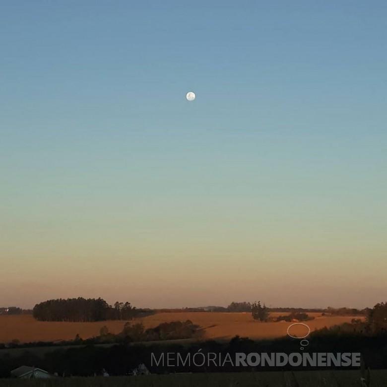 Entardecer no interior de Marechal Cândido Rondon com a lua em pré-fase de cheia. Imagem: Acervo e crédito Cristiano Marlon Viteck  - como ele próprio registrou na postagem em sua página no Facebook: