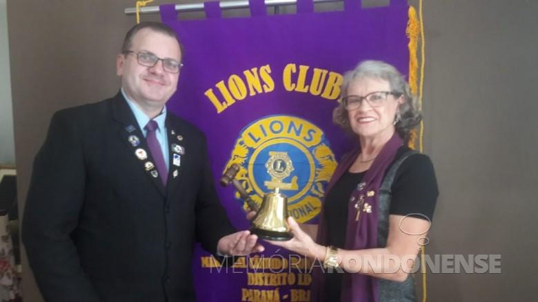 Lurdes Lang repassando a presidente da Lionz Club Aliança para seu sucessor Ailson Jeferson Packer. Imagem: Acervo Rádio Difusora do Paraná - FOTO 17 -
