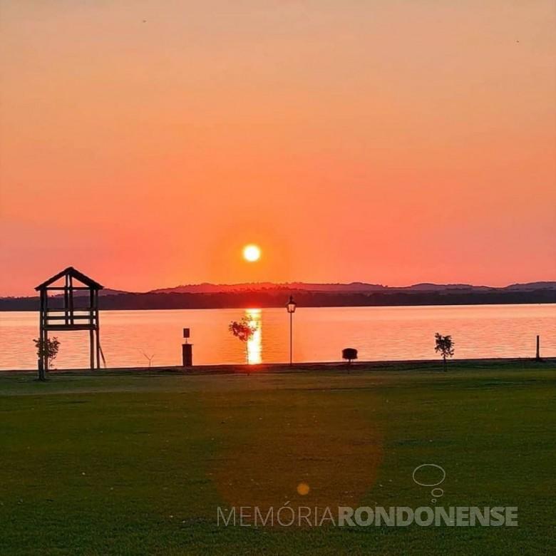 Por do sol no horizonte guarani (Paraguai) a partir do Parque de Lazer Annita Wanderer, na sede distrital rondonense de Porto Mendes, em 27 de agosto de 2020. Imagem: Crédito e acervo Ângela Weirich - FOTO 9 -
