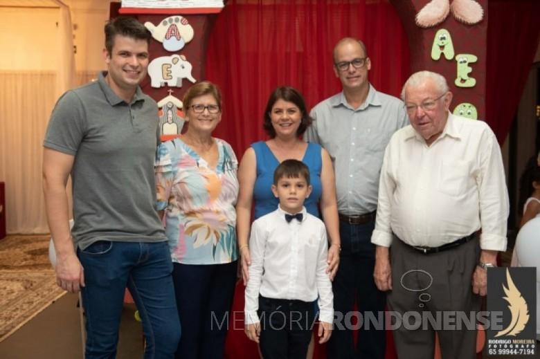 Médico-veterinário Leopoldo Piotrowski com esposa, filhos, nora e neto, falecido em final de maio de 2020, na cidade de Brasnorte (MT). Imagem: Acervo Projeto Memória Rondonense - FOTO 14 --
