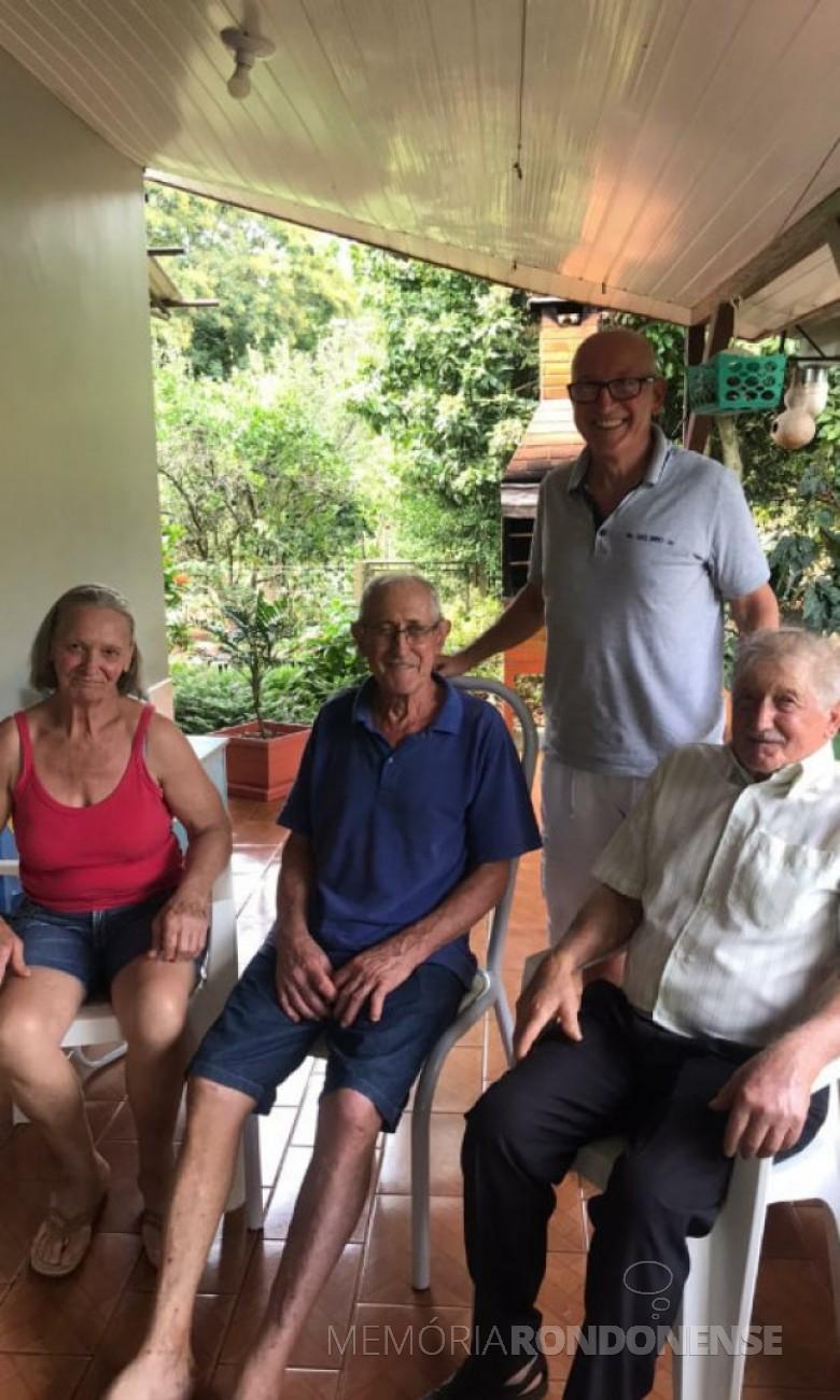 Nelson Toigo (2º à esquerda, falecido em fevereiro de 2020), com a esposa Lourdes, com o sobrinho Altair Storti e o cunhado Osvaldo Zorzetto, morador em Sertão (RS). Imagem: Acervo Leila Maria Toigo - FOTO 15 -