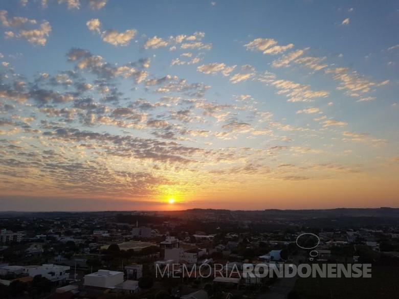 Despontar do sol sobre a cidade de Marechal Cândido Rondon, na manhã de 02 de setembro de 2020, que nos remete à composiçao