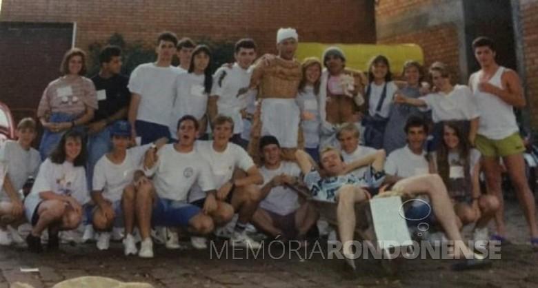 Mocidade da Congregação Cristo, vencedora da gincana da Rádio Difusora do Paraná, em junho de 1973. Da esquerda à direita, o terceiro jovem Imagem: Acervo Júnior Zarur - FOTO 5 -