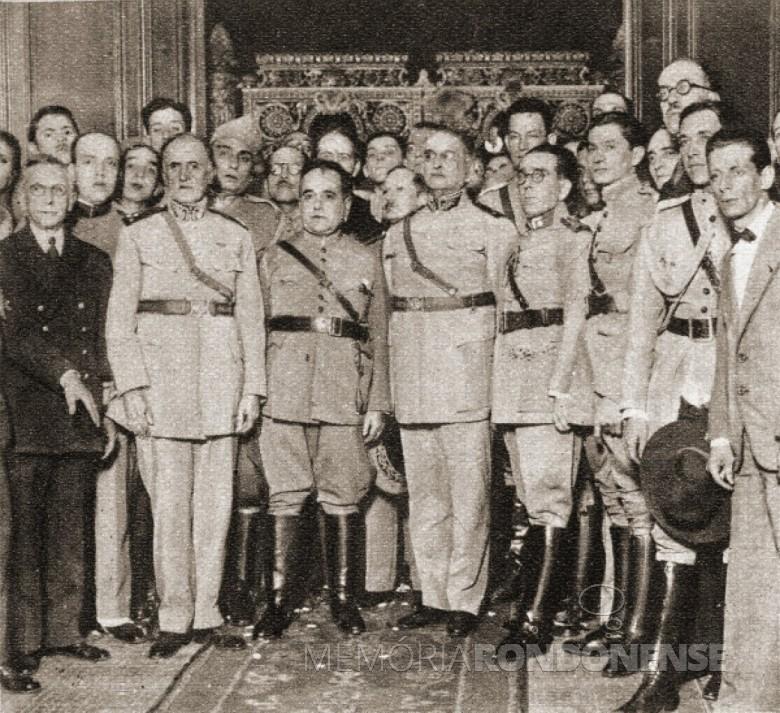 Getúlio Vargas (3º da esquerda à direita) com a Junta Militar Governativa que lhe deu posse como Presidente da República.  Imagem: Acervo Efemelo - FOTO 5 -