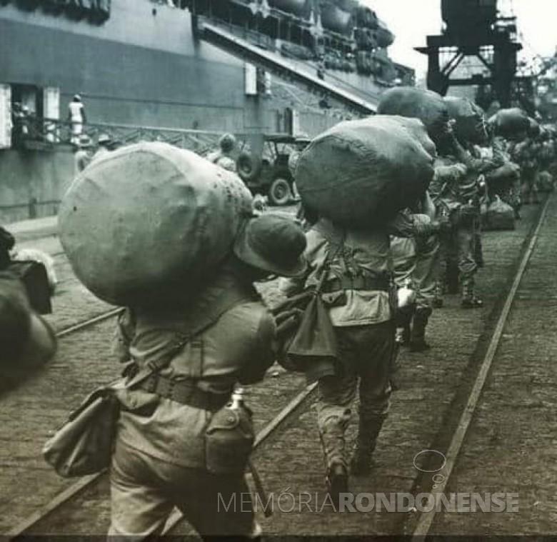 Soldados mebarcando para guerrear na Itália, na Segunda Guerra Munidial. Imagem: Acervo Arquivo Nacional - FOTO 6 -