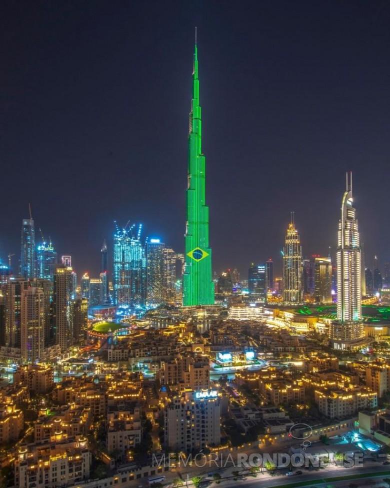 Saudação dos Emirados Árabes Unidos , na cidade de Dubai, no edíficio Burj Khalifa Bin Zayid, considerado o arranha-céu mais alto do mundo, em sua página no Facebook (Emirates). -- FOTO 13 -