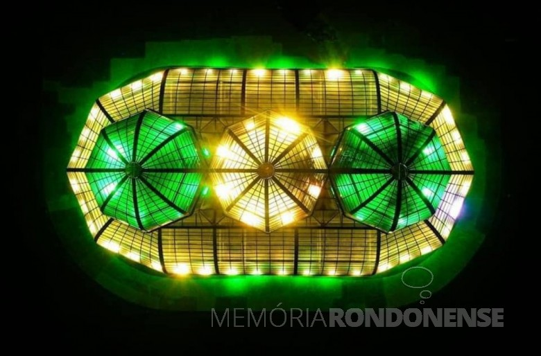 Vista da cobertura da estufa do Jardim Botânico de Curitiba, com  a iluminação alusiva à Independência do Brasil, em 2020. Imagem: Acervo Tisa Kastrup (Curitiba). -- FOTO 11 -