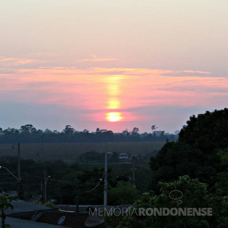 Despontar do sol na cidade de Marechal Cândido Rondon no domingo, dia 20.09.2020, em foto tirada, às 06:45h,  desde o bairro Jardim Líder. Imagem: Acervo e crédito: Jair Meller - FOTO 11 -