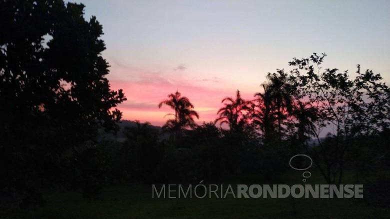 Por do sol em Marechal Cândido Rondon, em foto tirada a partir da propriedade do casal Telci Viteck e Hildor Dreier, na Linha Palmital. Imagem: Acervo e crédito: Telci Viteck Dreier - FOTO 8 -